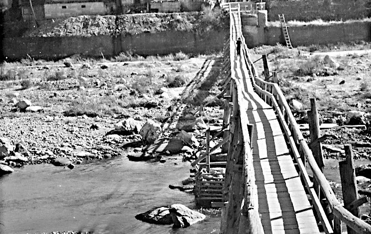 vol.1 水害で橋が流された後、粗末な仮橋を渡った